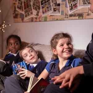 4 children reading together